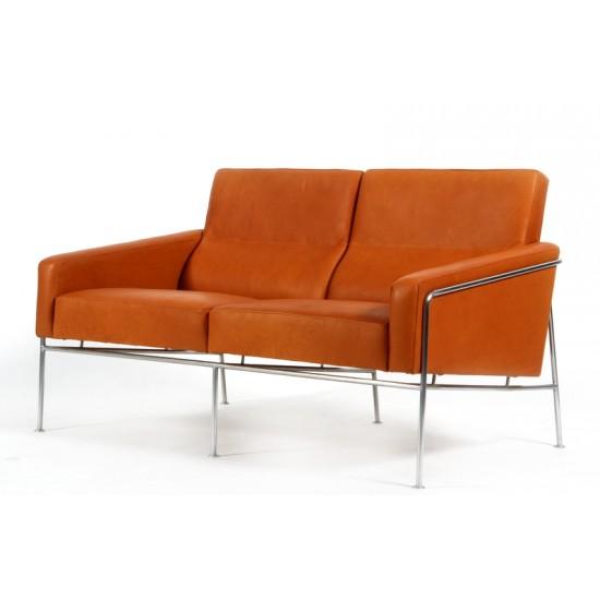 Arne Jacobsen 3pers. Lufthavnssofa 3302, nyposltret i Cognac anilin læder
