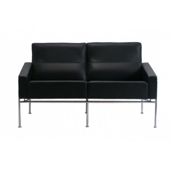 Arne Jacobsen 2pers. Lufthavnssofa nypolstret i sort bizon læder