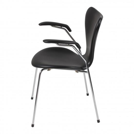 Arne Jacobsen Armstol, 3207, nypolstret i sort classic læder