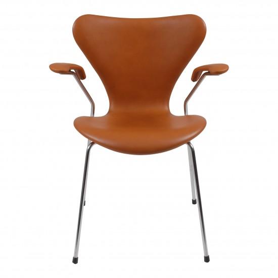 Arne Jacobsen Syver armstol, 3207, nypolstret i Classic cognac læder