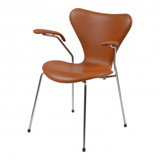 Arne Jacobsen Armstol, 3207, nypolstret i Classic cognac læder