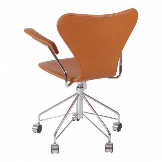 (Ny) Arne Jacobsen syver kontorstol 3217 i cognac classic læder