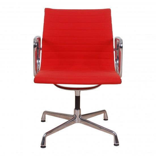 Eames Ea-108 i rød hopsak stof