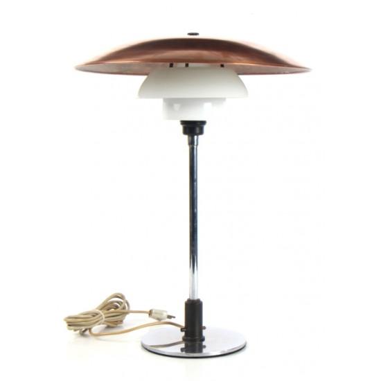 Poul Henningsen. PH 4/3 bordlampe med stel af forniklet messing, skærme af trelags opalglas, top af afsyret kobber.