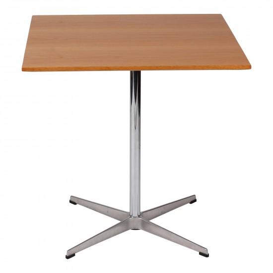 Arne Jacobsen cafebord med plade af fineret egetræ 70x70 cm.
