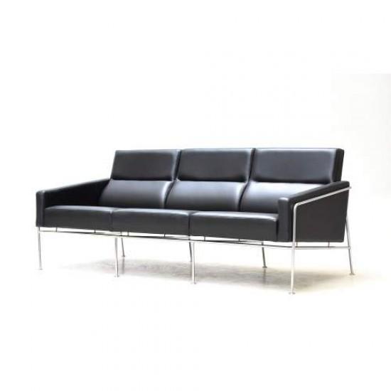 Arne Jacobsen 3.pers Lufthavnssofa nypolstret i sort bizon læder