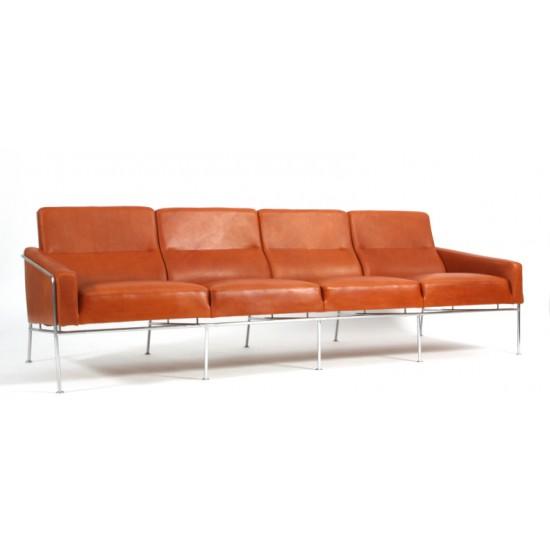 Arne Jacobsen 4.pers lufthavnssofa nypolstret i walnut elegance læder